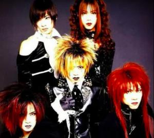 「刹那」(1997年)を歌っていた頃の「DIR EN GREY」です。真ん中の金髪が『京』です。
